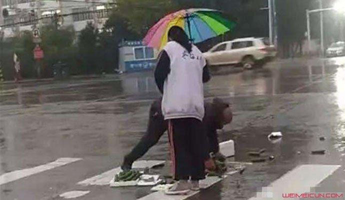 女生获赞最美撑伞人