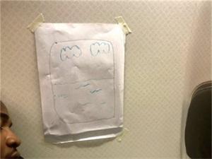 乘客换座用纸画窗 乘客要换靠窗座空乘用纸画窗超机智