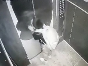 男孩拿雨伞卡电梯 电梯突降锁停男孩被困始末曝光