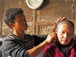 背着母亲打工15年 母亲瘫痪父亲去世矮小的他背起一个家