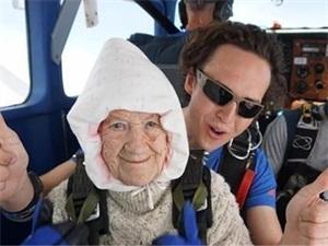 102岁奶奶玩跳伞怎么回事 奶奶玩跳伞背后故