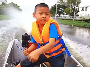 5岁小学生开摩托艇上学 小小年纪开摩托艇技术令人意外