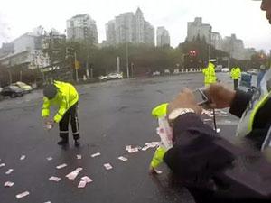 上海现金撒落街头 3万现金如树叶般散落监控