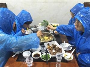 自带雨衣吃火锅怎么回事 解锁吃火锅新方式引围观