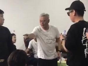 61岁赵本山近照曝光 发福现啤酒肚烟不离手