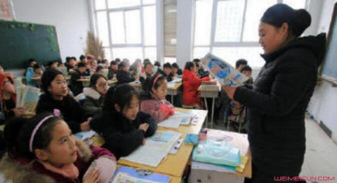 女老师跪凳上讲课