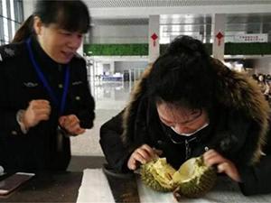旅客带榴莲坐高铁 现场开吃的一个细节让人