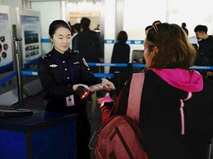 机场安检诡异微笑什么情况 万万没想到背后