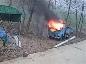学生玩炮仗点货车怎么回事 车头被烧得几乎只剩一个铁架子