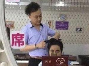 陈奕迅撞脸发型师 两人对比照傻傻分不清陈奕迅回应撞脸