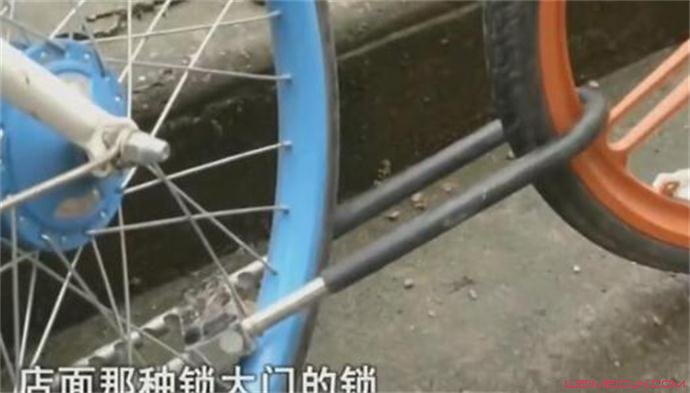 女子怒扛共享单车