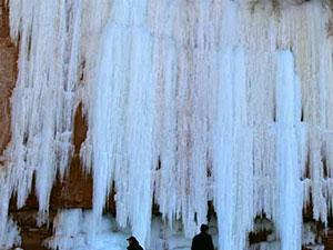 甘肃15米冰瀑悬挂山崖 冰瀑壮观美景引众多游客打卡