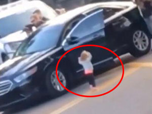 2岁女童主动投降怎么回事 赤脚奔向警察一幕好笑又心酸