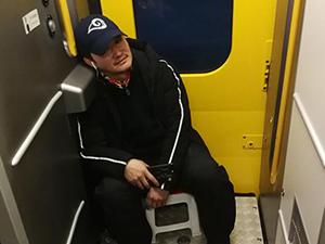 吴京带板凳坐火车 具体详情揭开其中细节引热议