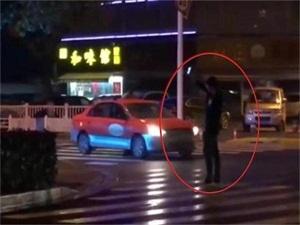 男子马路中央自拍怎么回事 没想到他竟是一个臭美的小偷