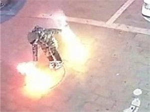 熊孩子玩烟花引爆窨井 瞬间爆炸发出巨响画面触目惊心