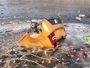 夫妻开车翻进河怎么回事 车子底朝天被冰住车轮子不翼而飞