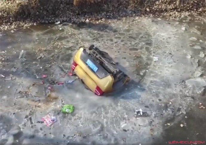 夫妻开车翻进河