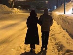 梁朝伟罕见秀恩爱 两人挽手漫步雪中画面温