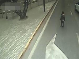 三岁男童车流穿梭怎么回事 车来车往危险至极幸得路人相助