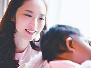 吴佩慈女儿背名包真的吗 明星富养女例子王