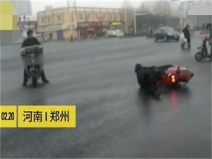 路面洒水变溜冰场 路人电动车纷纷跌倒现场令人看傻眼