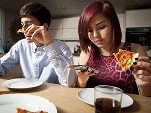 吃饭刷手机易多吃真的吗 手机成长胖罪魁祸