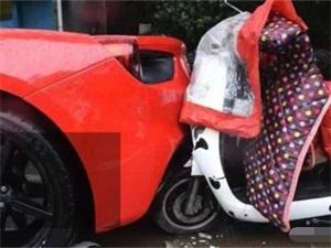 骑车追尾法拉利怎么回事 因一个举动造定损20万令人傻眼