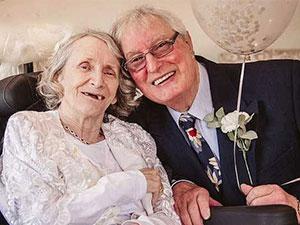 男子连续43年求婚被拒 两人爱情故事如偶像剧令人感动