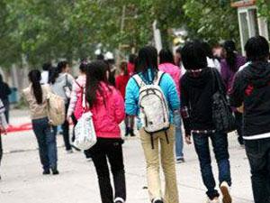 高校要求背书包怎么回事 高校要求背书包上课原因是什么