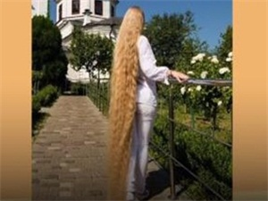 2.35米长发破纪录 女孩出生后从未剪过头发