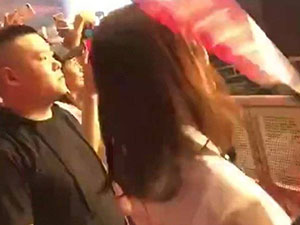 岳云鹏被以为是保安 与谢娜现身张杰演唱会表情惊呆众人