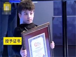 6岁男童连做330个双杠撑起 破世界纪录还曾做3202个俯卧撑