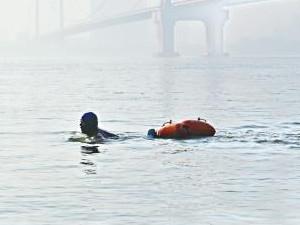 游泳上下班11年怎么回事 起初为了治病结果竟然成了这样