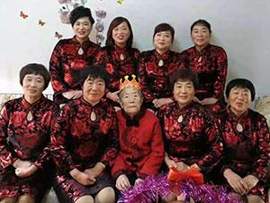 88岁老太成网红 22秒视频爆红网络画面温馨