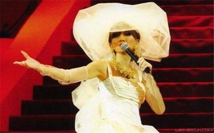 梅艳芳最后一场演唱会 穿着婚纱的她美如花却唱哭了众人  第1张