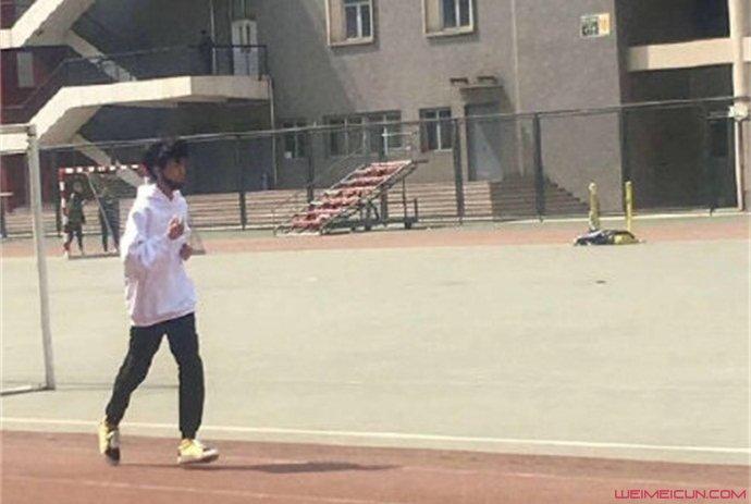 王俊凯回校体测 体测跑步照片曝光青春气息满满  第2张