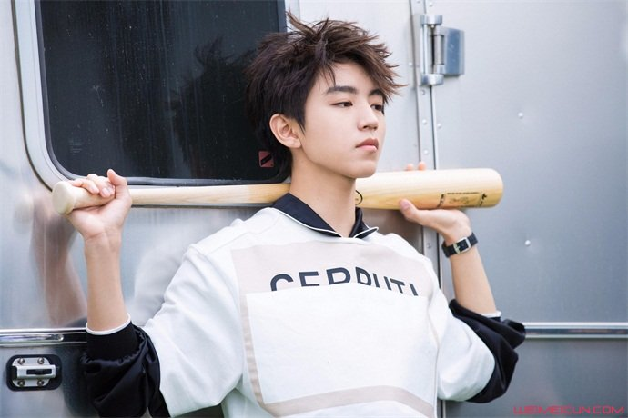 王俊凯回校体测 体测跑步照片曝光青春气息满满  第1张