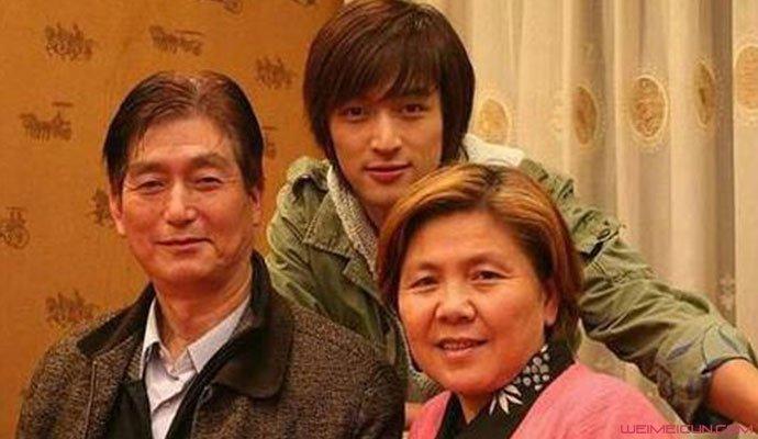 胡歌父母照片 其父母身份曝光妈妈因乳腺癌去世是真的吗  第3张