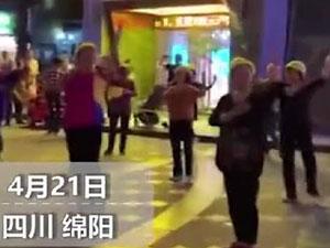 大妈带头盔跳广场舞怎么回事 曝事情详情及背后原因