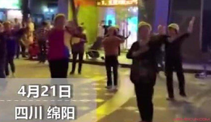 大妈带头盔跳广场舞