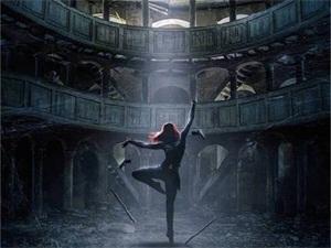 黑寡妇艺术海报 微光中起舞画面迷人吸睛