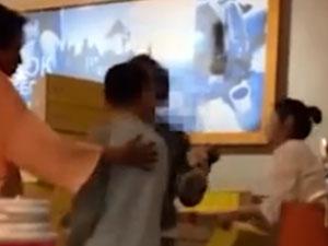 女店员提醒遭怒斥 男孩书店内开骂具体发生了什么