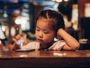 2岁半女童近视900度 近视原因出在家长身上引人惊