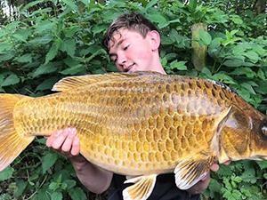 男孩钓到巨型鲤鱼 具体详情画面曝光让人惊呼