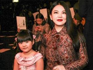 李湘携女儿出国旅游 大家却在关注Angela的