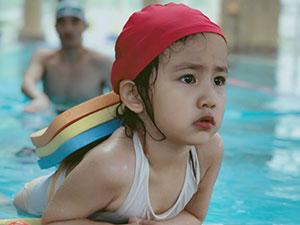 孙莉晒女儿泳装照 黄磊老师缩小版多妹近照