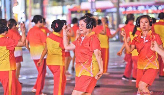 戴耳机跳广场舞