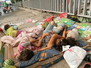 带4娃占道睡马路 现场画面曝光背后原因令人看着心酸