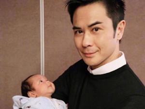 郑嘉颖儿子近照曝光 完美遗传父母的高颜值